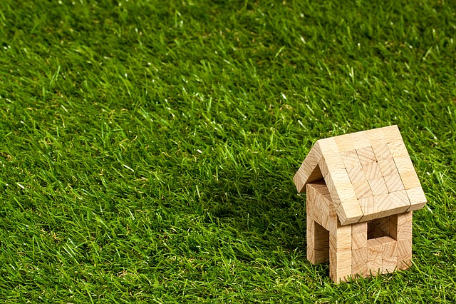 dřevěný domek v trávě