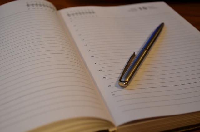 zápisník a propiska