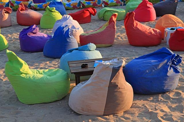 sedací pytle na pláži.jpg
