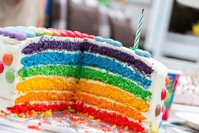 narozeninový dort s lentilkami.jpg