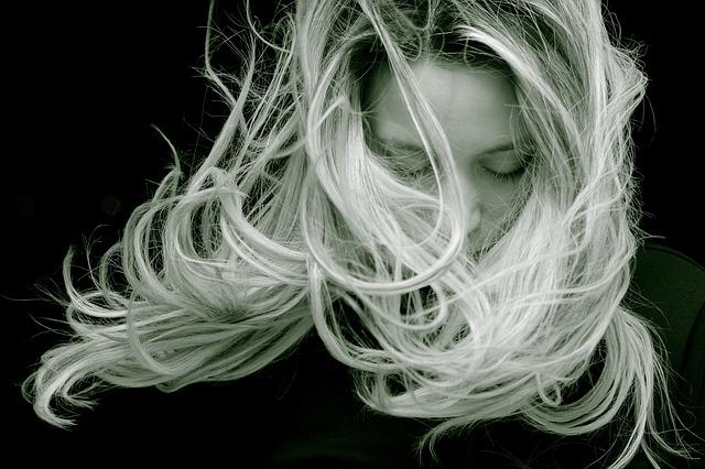 blondýna s dlouhými vlasy