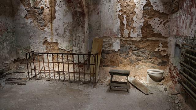 zničená věznice
