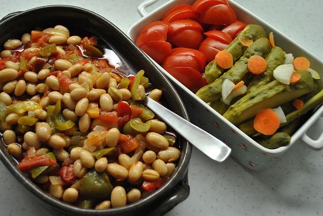 vařené fazole s nakládanou zeleninou