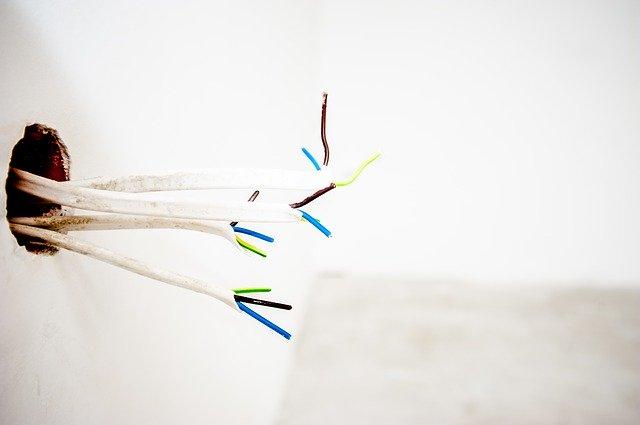elektrické kabely, díra ve zdi